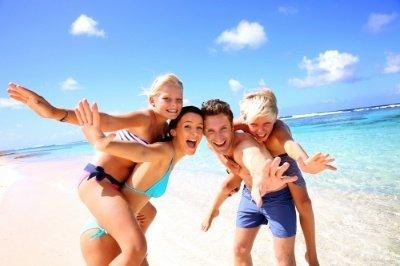 Family_on_beach-256202-edited.jpg