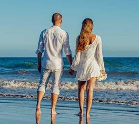 Couple-on-beach-piqsels.com-id-zxklx